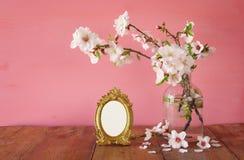 Rocznik fotografii pusta rama obok wiosna kwiatów Zdjęcia Stock