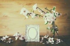 Rocznik fotografii pusta rama obok wiosna kwiatów Obrazy Royalty Free