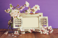 Rocznik fotografii pusta rama obok wiosna kwiatów Obraz Stock