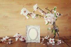 Rocznik fotografii pusta rama obok wiosna kwiatów Zdjęcia Royalty Free