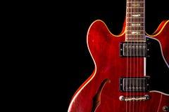 Rocznik gitara elektryczna, czerwie?, 6 sznurek odizolowywaj?cy na czerni fotografia royalty free