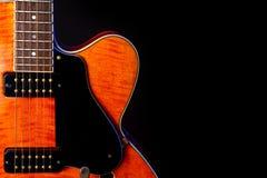 Rocznik gitara elektryczna, Pomara?czowy p?omienia klon, 6 sznurek odizolowywaj?cy na czerni zdjęcia royalty free