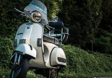 Rocznik hulajnoga włoski biel zdjęcie stock