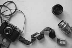 rocznik kamera, film, retro obiektywy na bielu stole, kopii przestrzeń, czarny i biały zdjęcia royalty free