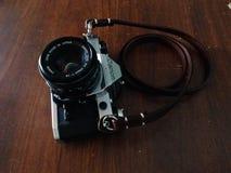 Rocznik kamera na drewnianym stole obraz stock