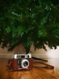 Rocznik kamera pod nagą sztuczną choinką Obrazy Stock