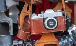 Rocznik kamera w brąz skóry skrzynce Stara kamera przy pchli targ zdjęcia stock