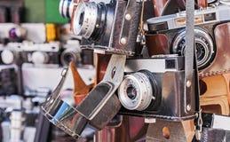Rocznik kamera w czarnej rzemiennej skrzynce Stara kamera przy pchli targ obraz stock