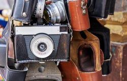 Rocznik kamera w czarnej rzemiennej skrzynce Stara kamera przy pchli targ zdjęcia stock