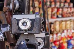 Rocznik kamera w czarnej rzemiennej skrzynce Stara kamera przy pchli targ obrazy royalty free