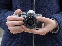Rocznik kamera w rękach 15 roczniaka dziewczyna w błękitnym żakiecie Zdjęcia Stock