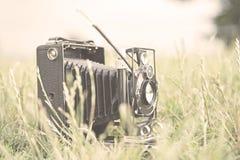 Rocznik kamera w trawie obraz stock