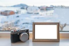 Rocznik kamera z pustą obrazek ramą na nadokiennym parapecie zdjęcia royalty free