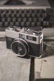 Rocznik kamera z pyłem na nim troszkę zdjęcie royalty free