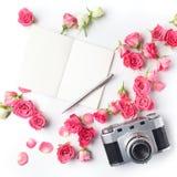 Rocznik kamery menchii notatka na białym tle i róże Mieszkanie nieatutowy Odgórny widok obrazy royalty free