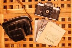 Rocznik kamery od czasów USSR na drewnianym table4 fotografia royalty free