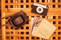 Rocznik kamery od czasów USSR na drewnianym table6 zdjęcie royalty free
