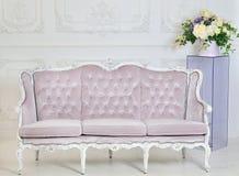 Rocznik kanapa na szarym tle Fotografia Royalty Free