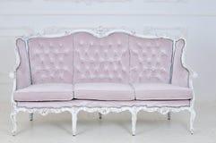 Rocznik kanapa na szarym tle Obrazy Royalty Free