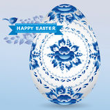 Rocznik karta z jajecznego gzhel błękitnym kwiecistym ornamentem, tasiemkowy kurczątko wielkanoc szczęśliwy Fotografia Stock