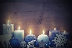 Rocznik kartka bożonarodzeniowa Z Błękitną świeczką, renifer, piłka nocą Obrazy Royalty Free