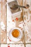 Rocznik kawa w filiżance na starym drewnianym stole i Obrazy Royalty Free