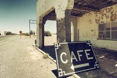 Rocznik kawiarnia podpisuje wewnątrz wiejską drogę zdjęcie royalty free