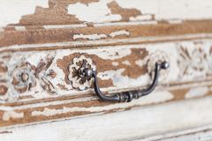 Rocznik klatka piersiowa kreślarzi z rzeźbić białego kolor z fadingiem i metal rękojeścią Zakończenie Selekcyjna ostrość obrazy royalty free