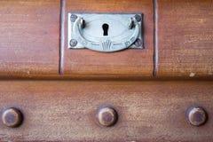 Rocznik klatka piersiowa kreślarzi przy starym domem Obraz Royalty Free