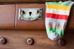 Rocznik klatka piersiowa kreślarzi przy starym domem Fotografia Royalty Free