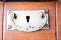 Rocznik klatka piersiowa kreślarzi przy starym domem Zdjęcia Royalty Free