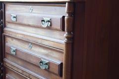 Rocznik klatka piersiowa kreślarzi przy starym domem Fotografia Stock