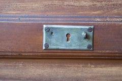 Rocznik klatka piersiowa kreślarzi przy starym domem Obrazy Stock