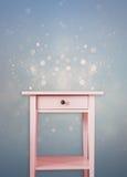 Rocznik klatki piersiowej różowy drewniany kreślarz blisko rocznik błyskotliwości marzycielskiego błękitnego tła Fotografia Royalty Free
