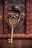 Rocznik kluczowa i stara skarb klatka piersiowa Obrazy Stock