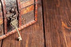 Rocznik kluczowa i stara skarb klatka piersiowa Zdjęcie Royalty Free