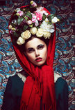 Rocznik. Kobieta w Czerwonej chuscie i wianku róże. Retro Zdjęcia Royalty Free