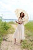 Rocznik kobieta z parasol na plażowej ścieżce Fotografia Royalty Free