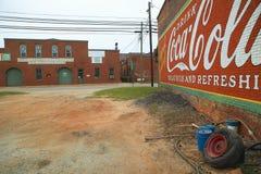 Rocznik koka-koli reklamy znak malował na stronie stary budynek w równinach, Gruzja Obrazy Royalty Free