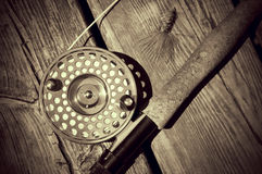 Rocznik komarnicy Przyglądający Sepiowy połów Rod na drewnie Obrazy Stock