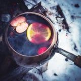 Rocznik kopyść z gorącym rozmyślającym winem na ogieniu Zdjęcie Stock