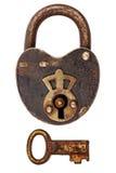 Rocznik korodował kłódkę z kluczem odizolowywającym na bielu Fotografia Royalty Free
