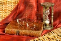 Rocznik książka i starzy bezszkieletowi szkła obrazy stock