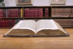 Rocznik książka w bibliotece Fotografia Royalty Free