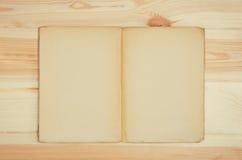 Rocznik książki kucharska lub książki odgórny widok na drewnianym stole zdjęcie stock