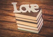 Rocznik książki stos i słowo miłość obrazy royalty free