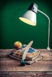 Rocznik książki w sala lekcyjnej i lampa fotografia royalty free