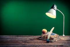 Rocznik książki w sala lekcyjnej i lampa obraz royalty free