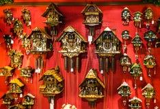 Rocznik kukułki drewniani zegary w sklepowym Monachium, Niemcy Obraz Royalty Free
