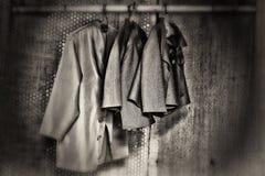 Rocznik kurtki Wiesza od Bambusowego słupa Zdjęcia Stock